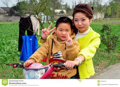 pengzhou-china-mother-son-motorbike-little-chinese-boy-his-flash-v-sign-riding-their-along-country-road-35166447